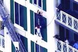 12वीं मंजिल पर रस्सियों के सहारे लटका ये शख्स, देखें वीडियो