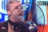 वीडियो : तेज चलते टेबल फैन को महिला ने जीभ से रोका