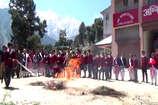 VIDEO: बर्फ के पहाड़ों पर बच्चों ने सीखा आग पर काबू पाने का हुनर