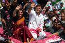 2014 लोकसभा चुनाव के दौरान राहुल गांधी जब अमेठी से नामांकन पत्र दाखिल करने के लिए निकले तो उनके साथ उनकी बहन प्रियंका भी मौजूद थी. प्रियंका और राहुल दोनों गाड़ी की छत पर बैठकर लोगों का अभिवादन करते हुए निर्वाचन पदाधिकारी के दफ्तर पहुंचे थे.