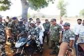 नक्सल के गढ़ में बाइक पर घूमे CM रमन सिंह, ग्रामीणों का बढ़ाया हौसला