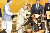 राष्ट्रपति के पैर छूकर मनोज कुमार ने लिया दादा साहेब फाल्के अवॉर्ड