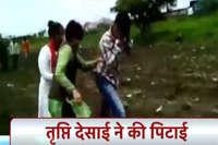 तृप्ती देसाई फिर सुर्खियों में, बीच चौराहे युवक को चप्पलों से धुन दिया!