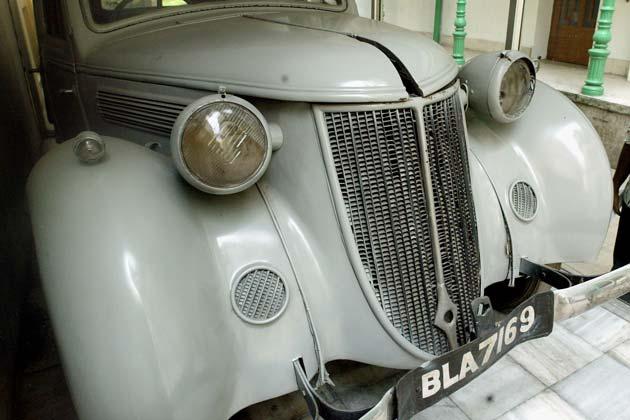 1941 में नेताजी को जब कलकत्ता के उनके घर में नजरबंद किया गया, जब अंग्रेजों की आंखों में धूल झोंककर उन्होंने इसी कार का इस्तेमाल किया था। तस्वीर- सितंबर 30, 2003. रॉयटर्स</p>   <div class=