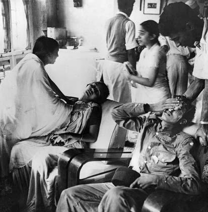 जनवरी 29, 1946: तत्कालीन बॉम्बे में हुए दंगे के बाद घायलों का उपचार करते लोग। दंगा उस वक्त हुआ जब पुलिस ने एक धार्मिक जलसे का रास्ता बदलने की कोशिश की। यह जुलूस नेताजी के जन्मदिन पर उन्हें याद करने से भी संबंधित था जो कि एक साल पहले ही विमान हादसे का शिकार हो चुके थे। (Photo by Central Press/Getty Images)