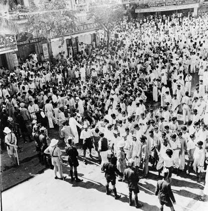 जनवरी 29, 1946: तत्कालीन बॉम्बे में एक अनाधिकृत धार्मिक जलसे को रोकती हुई पुलिस। पुलिस का यह कदम बाद में दंगे का भी कारण बना। (Photo by Central Press/Getty Images)