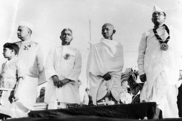भारतीय राष्ट्रीय कांग्रेस के सदस्य (बाएं से दाएं) महात्मा गांधी (मोहनदास कर्मचंद गांधी, 1869 - 1948), सुभाष चंद्र बोस (1897 - 1945) और वल्लभ भाई पटेल (1875-1950) कांग्रेस के 51वें अधिवेशन में (Photo by Keystone/Getty Images)