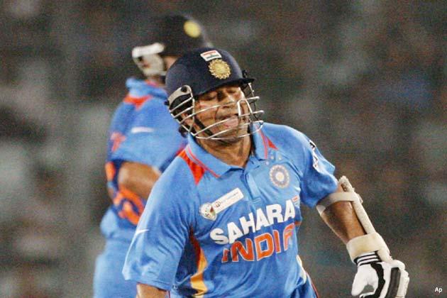 कोहली ने पहले सचिन तेंदुलकर के साथ 133 और फिर रोहित शर्मा के साथ 172 रनों की पारी खेली। कोहली 48वें ओवर में आउट हुए।