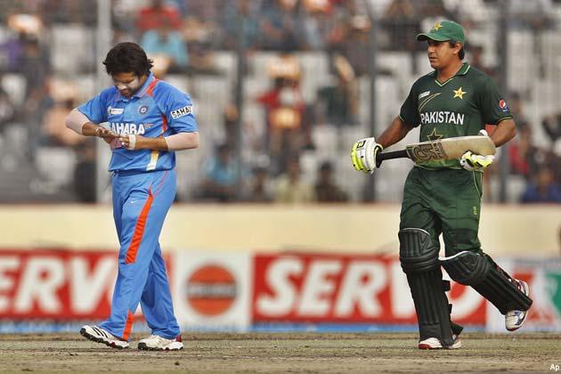 पाकिस्तान की शुरुआत जोरदार रही। भारत के खिलाफ अपना पहला शतक लगाने वाले हफीज ने नासिर के साथ मिलकर 35.5 ओवरों में 224 रन जोड़े। पाकिस्तानी खिलाड़ियों ने शानदार बल्लेबाजी के दम पर भारतीय गेंदबाजों को विकेट के लिए तरसा दिया।