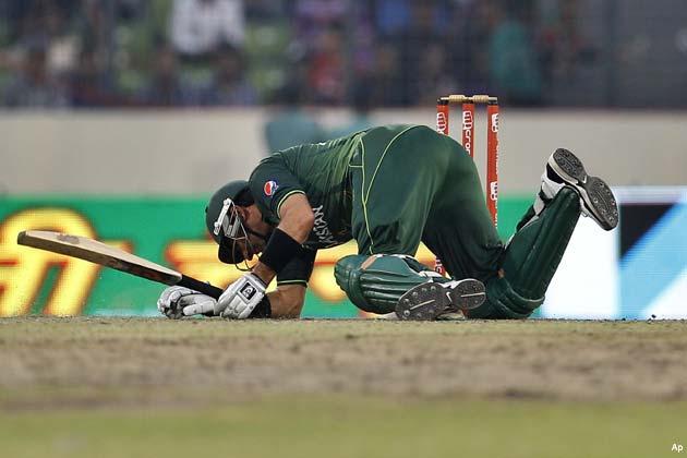 हफीज सबसे पहले 103 गेंदों पर अपना चौथा शतक पूरा किया। शतक पूरा करने के बाद हफीज ने पिच को चूमा।