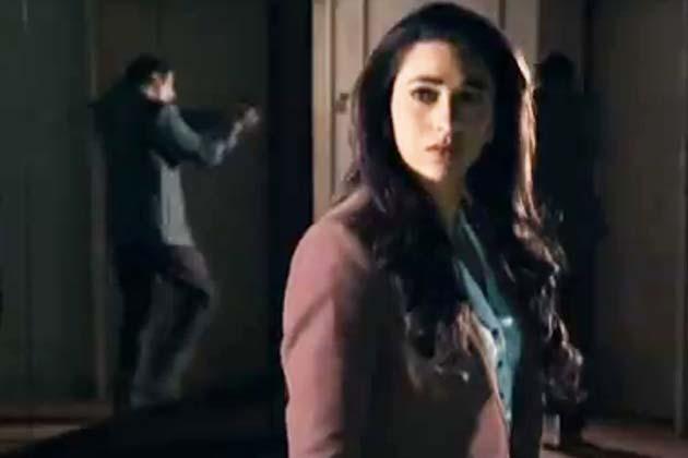 जब अतीत दिखने लगता है वर्तमान में: फिल्म में करिश्मा एक ऐसी औरत की भूमिका निभा रही हैं, जिसे अचानक अपने अतीत के खतरनाक और अनदेखे पहलू दिखने लगते हैं।</p><p>