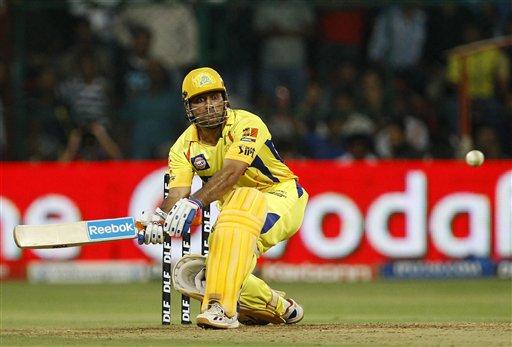 धोनी ने मुंबई के तीन कैच भी लपके।