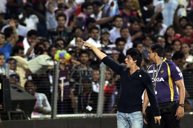 शाहरुख ने इस खुशी को पूरी तरह से मनाया। या यूं कहें कि जो खुशी वो वानखेड़े में नहीं मना सके उसकी कसर यहां पूरी कर दी।
