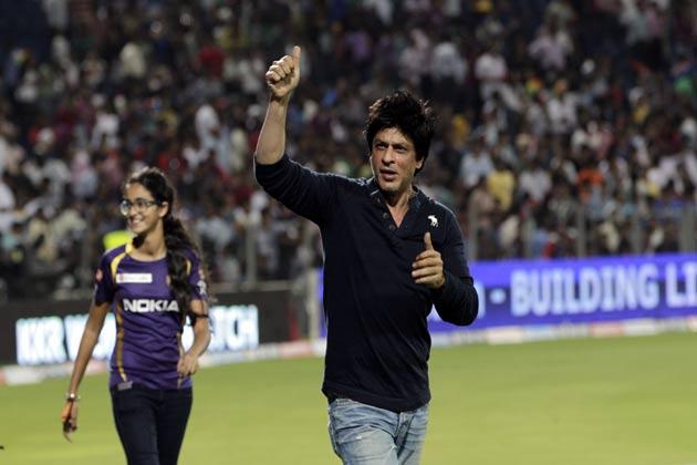 स्टेडियम में मौजूद दर्शकों ने शाहरुख को देखा तो मानों उनकी खुशी दोगुनी हो गई।