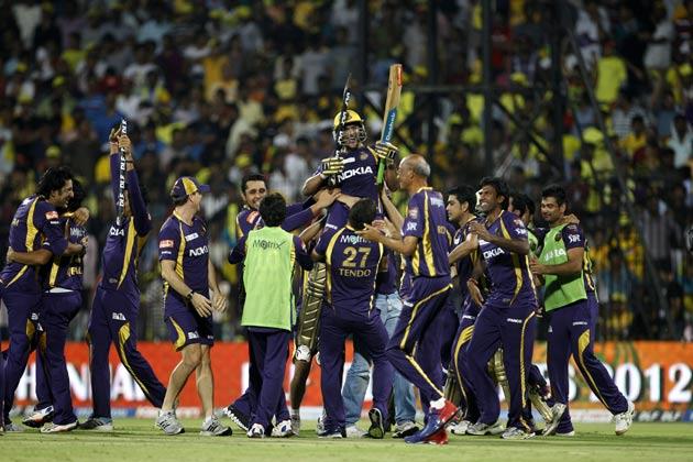 विजय के रूप में सुपरकिंग्स का पहला विकेट गिरा। रजत भाटिया की गेंद को सीमा रेखा से बाहर भेजने के प्रयास में विजय शाकिब अल हसन को बाउंड्री के नजदीक कैच थमा बैठे। विजय ने 32 गेंदों पर चार चौकों और एक छक्के की मदद से 42 रन बनाए।