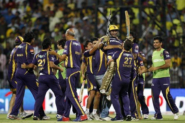 हसी के रूप में सुपरकिंग्स का दूसरा विकेट गिरा। हसी को कैलिस ने बोल्ड किया। हसी ने रैना के साथ मिलकर दूसरे विकेट के लिए 73 रन जोड़े। रैना को शाकिब की गेंद पर ब्रेट ली ने लपका। धौनी 14 रन पर नाबाद रहे। नाइटराइडर्स की ओर से शाकिब, कैलिस और भाटिया ने एक-एक विकेट झटका।