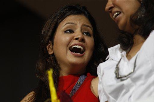 धोनी ने आईपीएल-5 में सबसे लंबा छक्का मारा। शॉट देखकर मिसेज माही की खुशी का ठिकाना ना रहा।