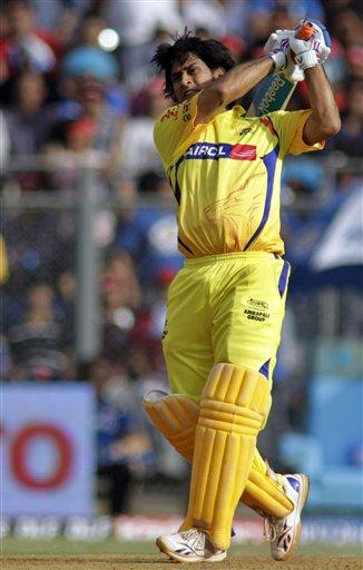 धोनी ने मुंबई के खिलाफ सबसे लंबा 111 मीटर का छक्का जड़ा। ये छक्का स्टेडियम के पास चला गया।