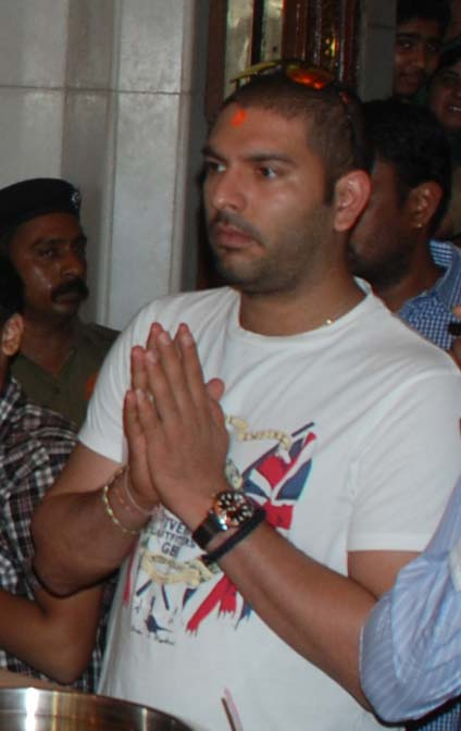 टीम इंडिया के बल्लेबाज युवराज सिंह मुंबई में सिद्धिविनायक के दर्शन करने पहुंचे। मालूम हो कि युवराज सिंह हाल ही में कैंसर से उबरे हैं और उन्होंने उम्मीद जताई है कि जल्द ही वो मैदान पर वापसी करेंगे