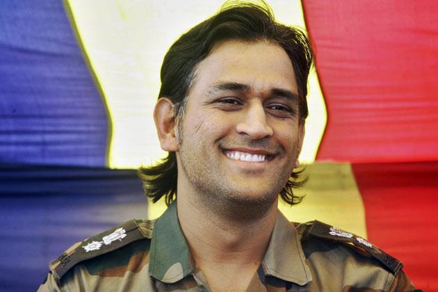 थल सेना के मानद लेफ्टिनेंट कर्नल धोनी ने पाकिस्तान से सटे नियंत्रण रेखा के समीप के इलाकों का दौरा किया।