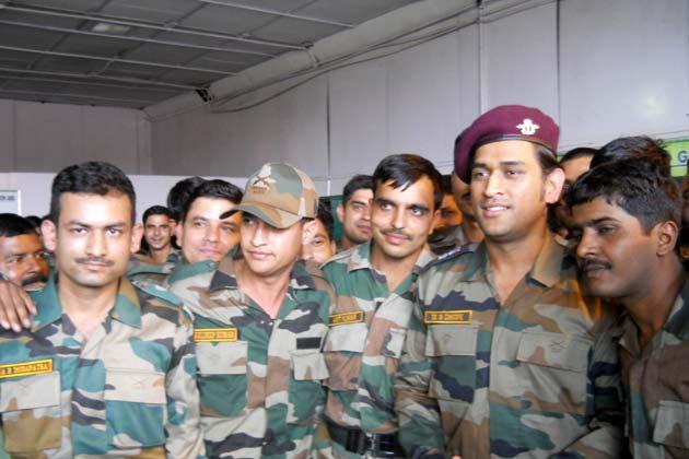 धोनी ने कश्मीर प्रीमियर लीग के प्रथम संस्करण का अंतिम मुकाबला भी देखा और खिलाड़ियों को प्रोत्साहित किया।