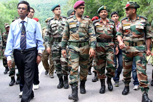 भारतीय क्रिकेट टीम के कप्तान और थल सेना के मानद लेफ्टिनेंट कर्नल महेंद्र सिंह धोनी ने शनिवार को जम्मू एवं कश्मीर में नियंत्रण रेखा पर सेना के जवानों से मुलाकात की।