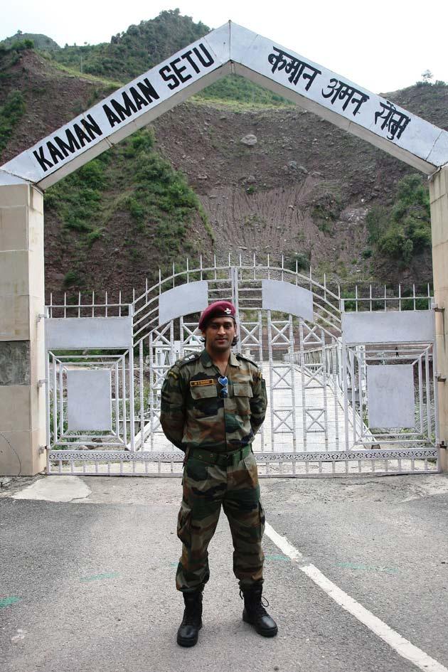 सेना की वर्दी में धोनी ने भीमबहेर गली, हमीरपुर, कलसियां, नौशेरा सहित पुंछ एवं राजौरी जिले की अग्रिम चौकियों का भी दौरा किया।