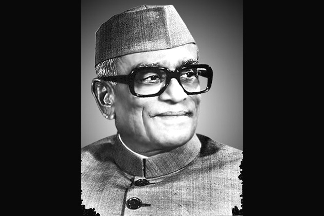 1977: नीलम संजीव रेड्डी, 11 फरवरी को फखरुद्दीन की असामयिक मौत के बाद तत्कालीन उपराष्ट्रपति बी.डी. जट्टी को कार्यकारी राष्ट्रपति बनाया गया। राष्ट्रपति की मौत या इस्तीफे के बाद छह महीने के अंदर राष्ट्रपति चुनाव कराया जाता है। 37 उम्मीदवारों ने पर्चे दाखिल किए। जांच में रिटर्निंग अधिकारी ने रेड्डी के अलावा सभी 36 लोगों के पर्चे रद्द कर दिए। इस तरह रेड्डी निर्विरोध चुने गए।