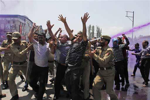 ये सीन है जम्मू-कश्मीर की राजधानी श्रीनगर का। राज्य के सरकारी कर्मचारी अपनी मांगों को लेकर प्रदर्शन करने सड़क पर उतरे तो पुलिस ने उन्हें रोकने के लिए रंगीन पानी का इस्तेमाल किया। ये कर्मचारी रिटायरमेंट की उम्र बढ़ाने और अपनी रुकी हुई तनख्वाह के भुगतान की मांग कर रहे थे। (एपी)