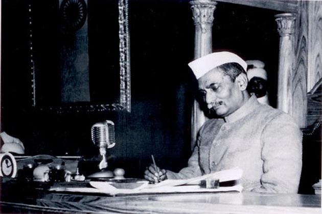 1952: डॉ. राजेन्द्र प्रसाद, 13 मई को पदासीन हुए। पहले राष्ट्रपति को पांच लाख सात हजार चार सौ वोट मिले, जबकि केटी शाह को 92 हजार 827 वोट मिले। 1957 में डॉ. राजेन्द्र प्रसाद, 13 मई को दूसरी बार राष्ट्रपति बने। इन्हें 4,59,698 वोट मिले। नागेंद्र नारायण दास एवं चौधरी हरी राम को क्रमश: 2000 एवं 2672 वोट मिले।