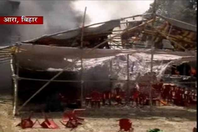 मौके पर दमकल की 4 गाड़ियां बुलाई गईं और आग पर काबू पाने की कोशिश जारी है।