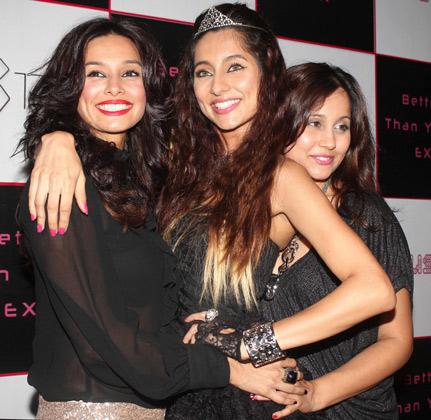 पॉपस्टार अनुषा डांडेकर के एल्बम 'बेटर देन योर एक्स' की लांच पार्टी में युवराज सिंह समेत कई नामी हस्तियों ने हिस्सा लिया।