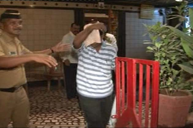 मुंबई के घाटकोपर इलाके में राहुल बार पर पुलिस ने देर रात छापा मारा। </p><p>