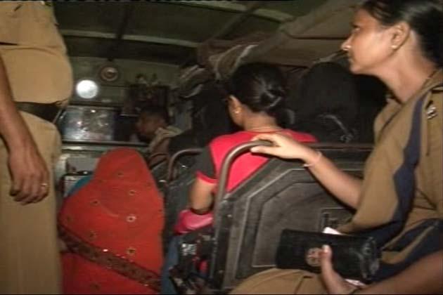 मुंबई के घाटकोपर इलाके में राहुल बार पर पुलिस ने देर रात छापा मारा। </p>   <div class=