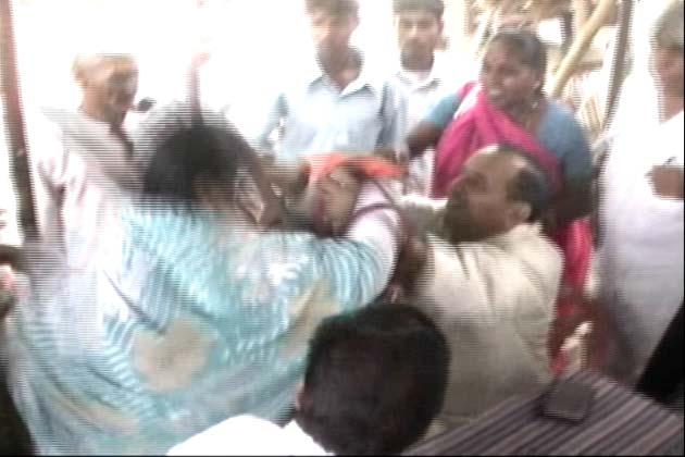 संतकबीर नगर में भरी कचहरी में कांग्रेस की महिला नेता कमला गौर ने पार्टी के जिलाध्यक्ष मोहम्मद नाजिम खान पर चप्पल चला दी। अचानक हुए इस हमले से नाजिम खान सकते में आ गए। कमला का आरोप है कि नाजिम सभासद का टिकट देने के लिए पैसे की मांग कर रहे थे।