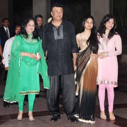 अनु मलिक के साथ उनकी पत्नी अंजू और बेटियां ऐडा और अनमोल