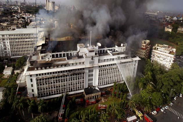 सवाल उठ रहे हैं कि आखिर महाराष्ट्र की सबसे सुरक्षित इमारतों में एक  मंत्रालय जहां मुख्यमंत्री, उप मुख्यमंत्री समेत तमाम मंत्रियों के दफ्तर हैं वहां एक कमरे से शुरू हुई आग से लड़ने में नाकामी क्यों मिली।