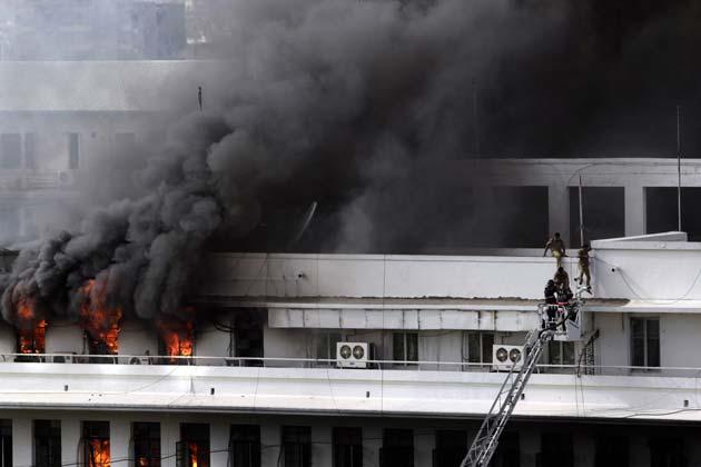 हैरत की बात है कि जिस वक्त आग लगी वहां का फायर सिस्टम काम नहीं कर रहा था।