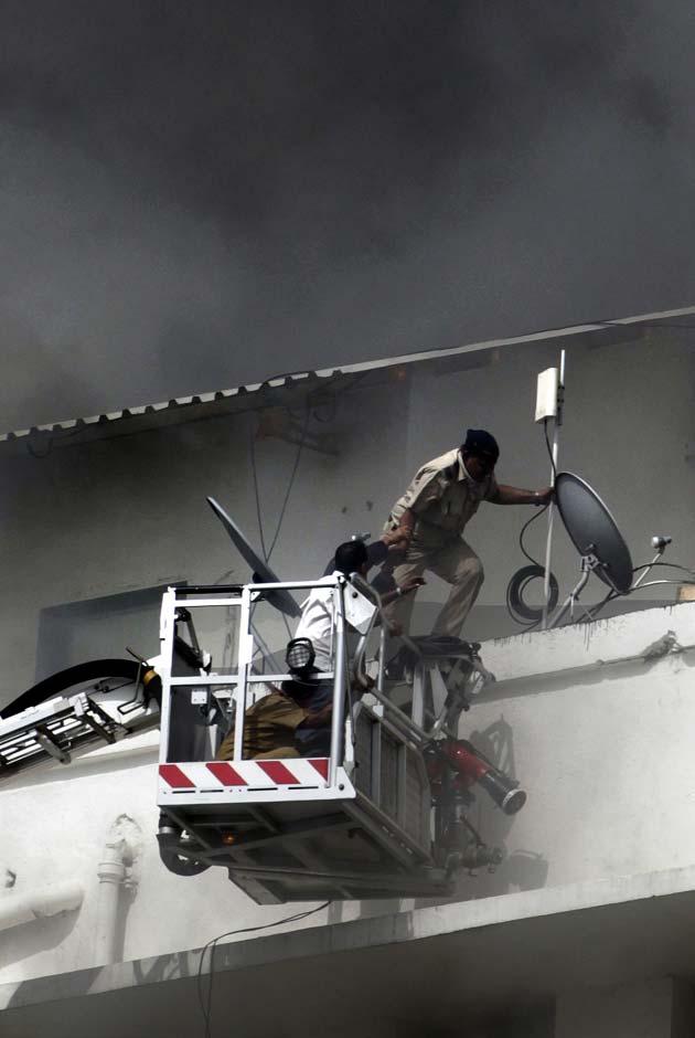 7 मंजिला इमारत में लगी आग में 3 लोगों की मौत हो गई और 16 जख्मी हो गए।