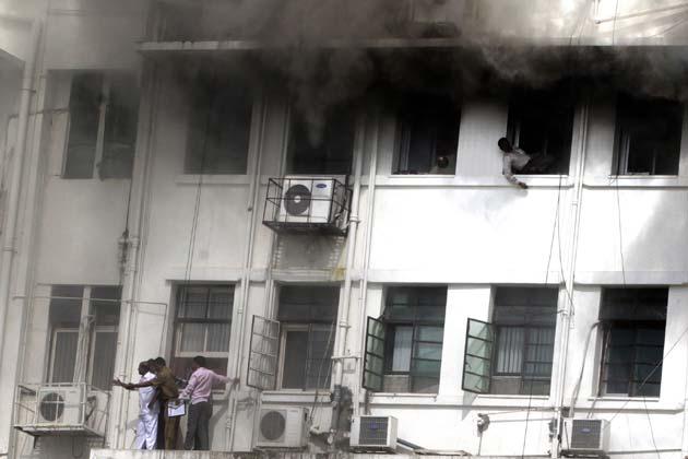 महाराष्ट्र सरकार के मंत्रालय में गुरुवार को लगी भीषण आग में मुख्यमंत्री, उपमुख्यमंत्री सहित कई मंत्रियों के दफ्तर जलकर खाक हो गए।