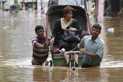 असम के गुवाहाटी में बाढ़ ने हालात बद से बदतर कर दिए हैं। कुछ लोगों ने जहां इसमें जान गंवा दी वहीं कुछ की जिंदगी जहन्नुम बन गई है। लोग हालात से जूझते हुए सरकारी मदद के इंतजार में हैं। (एपी)
