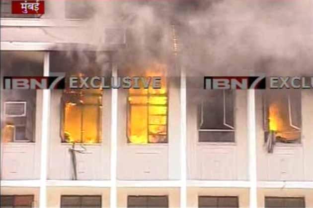 मुंबई में महाराष्ट्र सरकार के दफ्तर 'मंत्रालय' भीषण आग की चपेट में आ गया है। आग की लपटों में कई मंत्रियों के दफ्तर घिरे हुए हैं। लेकिन फंसे सभी लोगों को सुरक्षित निकाल लिया गया है।