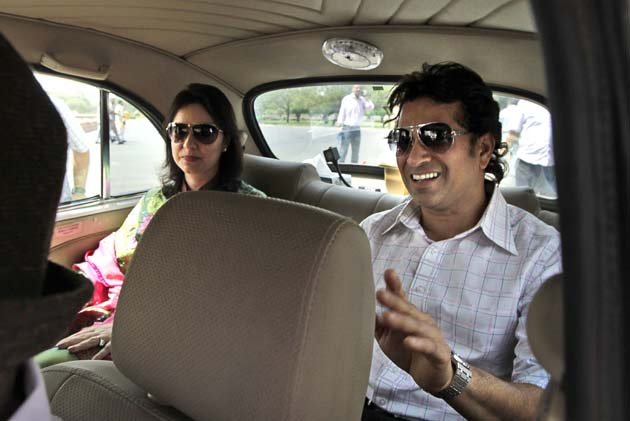 इस मौके पर सचिन की पत्नी अंजलि और आईपीएल कमिश्नर राजीव शुक्ला के साथ कई सांसद और मंत्री मौजूद थे। (फोटो- AP)