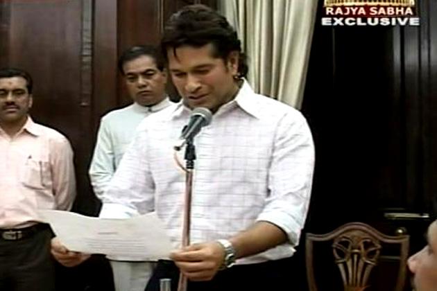 दुनिया के महानतम क्रिकेटर सचिन तेंदुलकर ने सोमवार को राज्यसभा की सदस्यता ग्रहण करके अपनी नई पारी की शुरुआत कर दी। (फोटो- ibnlive.com)