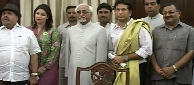 स मौके पर सचिन की पत्नी अंजलि और आईपीएल कमिश्नर राजीव शुक्ला के साथ कई सांसद और मंत्री मौजूद थे। प्रधानमंत्री कार्यालय में मंत्री वी नारायण सामी ने उन्हें शॉल पहनाई। (फोटो- ibnlive.com)