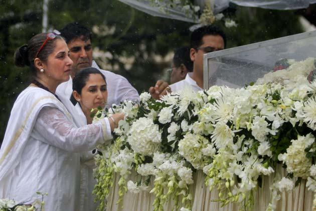 अपने जमाने के सुपरस्टार राजेश खन्ना का अंतिम संस्कार गुरुवार को विले पार्ले शमशान घाट में किया गया। इस मौके पर मौजूद उनके परिवार के सदस्यों, दोस्तों और प्रशंसकों ने उन्हें नम आंखों से विदाई दी।