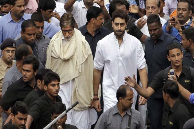 एक प्रत्यक्षदर्शी ने कहा कि अंतिम संस्कार के वक्त अमिताभ बच्चन ने डिम्पल कपाड़िया और उनकी दूसरी बेटी रिंकी को गले से लगाकर सांत्वना दी।