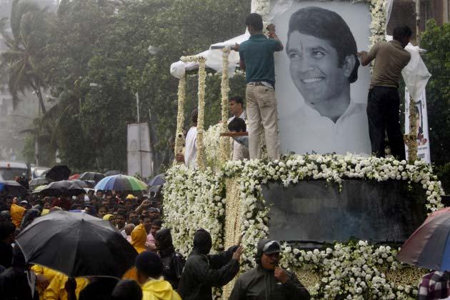 परन्तु यह उनके प्रशंसकों की बड़ी भीड़ को नहीं रोक सकी। यह वैसी ही विदाई थी, जिसके राजेश योग्य थे।