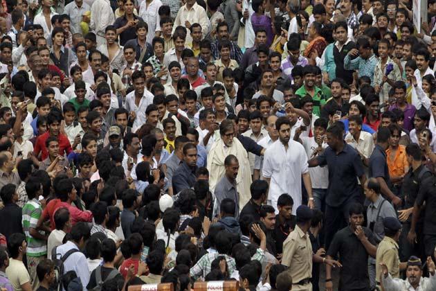 सुपरस्टार के परिवार के सदस्यों, दोस्तों, प्रशंसकों और फिल्मी बिरादारी सहित हजारों लोगों ने राजेश को नम आंखों से विदाई दी।