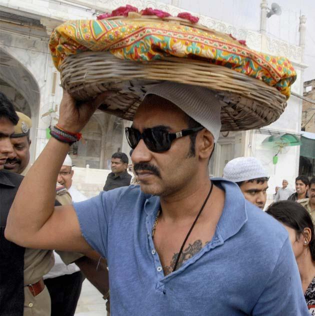 राजस्थान के अजमेर में सूफी संत हजरत ख्वाजा मोईनुद्दीन चिश्ती की दरगाह में फिल्म कलाकारों और धारावाहिक निर्माताओं द्वारा उनकी फिल्मों एवं धारावाहिकों की सफलता के लिए सजदा एवं मन्नत मांगने को लेकर दरगाह दीवान सैय्यद जैनुअल आबेदीन के बयान से एक नया विवाद पैदा हो गया है।<br /> <br /> (तस्वीर-अजय देवगन)